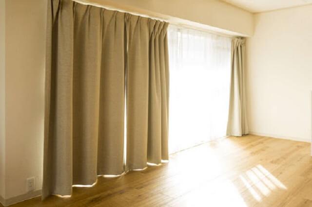 Khách hàng nên tìm hiểu kỹ giá cả trước khi đặt dịch vụ giặt rèm cửa tại nhà
