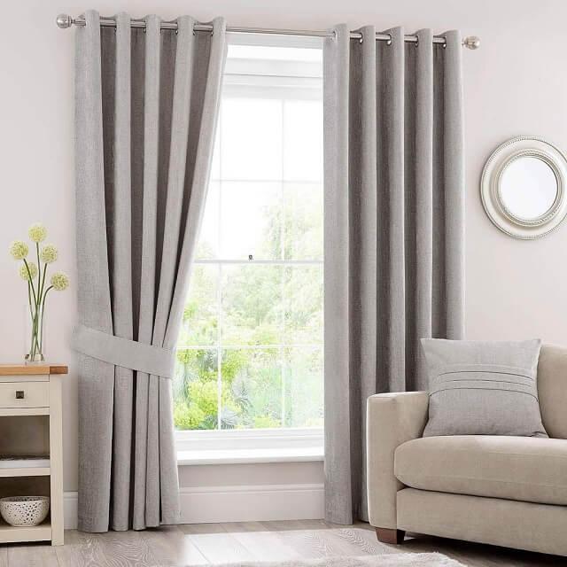 Giặt rèm cửa thường xuyên là việc làm cần thiết để giữ cho không gian sống của bạn luôn thơm tho sạch sẽ