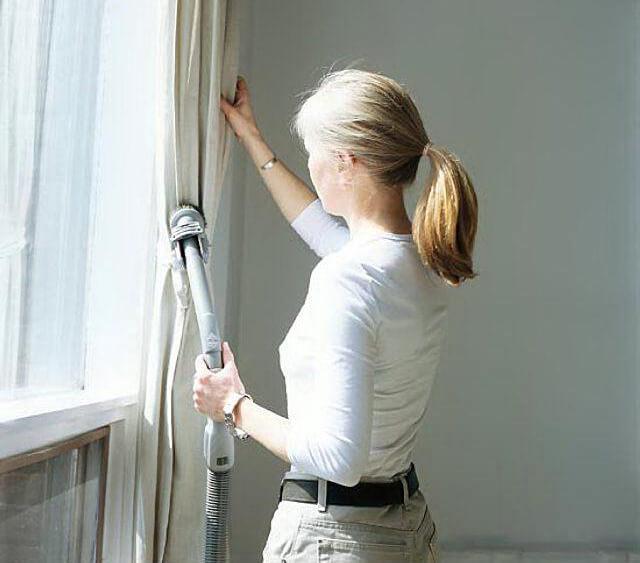 Làm sạch rèm cửa bằng máy hút bụi